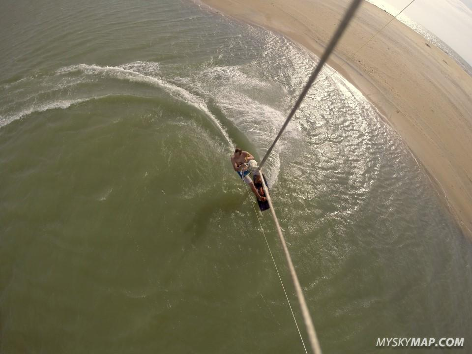 Kiting close to the sandbak - opean ocean on hte other side